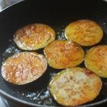 aubergines in pan